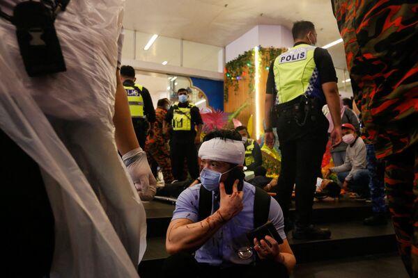 Intanto sui social hanno iniziato a circolare video e foto dell'incidente pubblicati sui social media, nei quali è possibile scorgere i passeggeri feriti e i pannelli di vetro dei treni rotti a causa dell'impatto. - Sputnik Italia