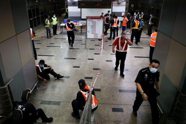 Il primo ministro Muhyiddin Yassin ha promesso un'indagine completa sulla causa. La polizia ha detto di sospettare un errore di comunicazione dal centro di controllo operativo dei treni. - Sputnik Italia