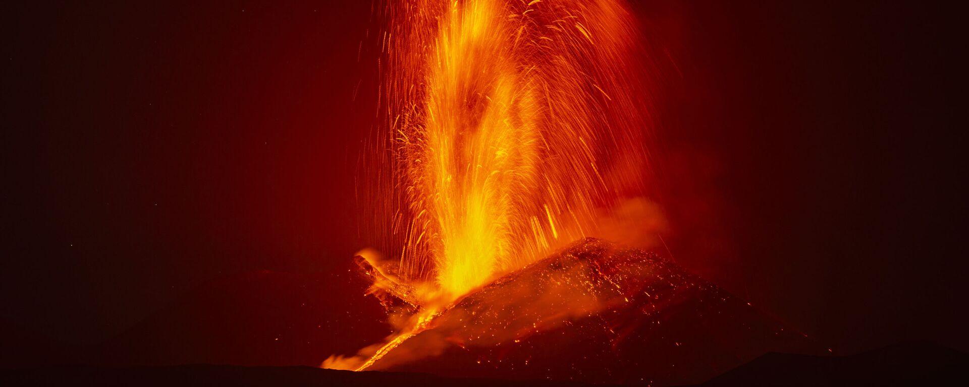 Fontana di lava durante la nuova eruzione dell'Etna - Sputnik Italia, 1920, 23.06.2021