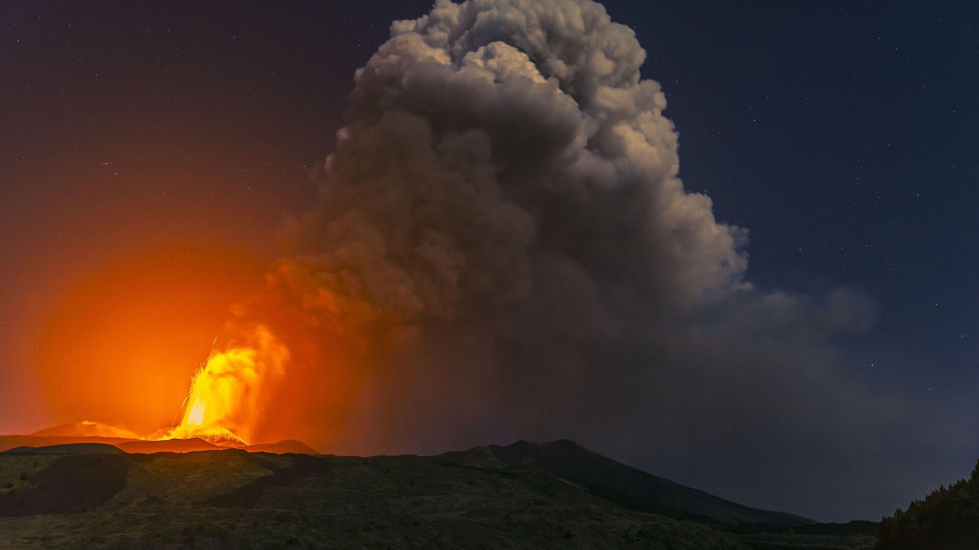 Colonna di fumo durante la nuova eruzione dell'Etna - Sputnik Italia, 1920, 20.09.2021