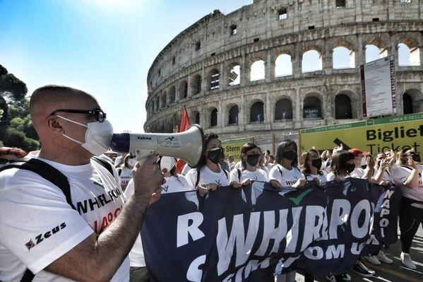 Gli operai della Whirlpool di Napoli hanno manifestato oggi a Roma vicino al Colosseo. - Sputnik Italia