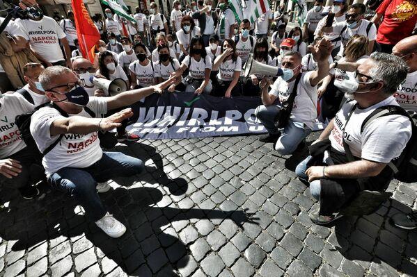 """Durante la manifestazione, gli operai hanno più volte urlato """"Dignità'"""" e cantato l'inno della loro marcia: """"Napoli non molla"""". - Sputnik Italia"""