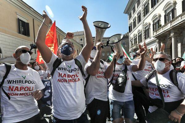 Secondo quanto riferito dai vertici di Whirlpool, l'impianto di Napoli perde 20 milioni di euro annui ed è una situazione nota ai dirigenti dell'azienda sin dal 2018. L'azienda rivendica di aver provato a rilanciare il sito produttivo, ma di non esserci riuscita. - Sputnik Italia