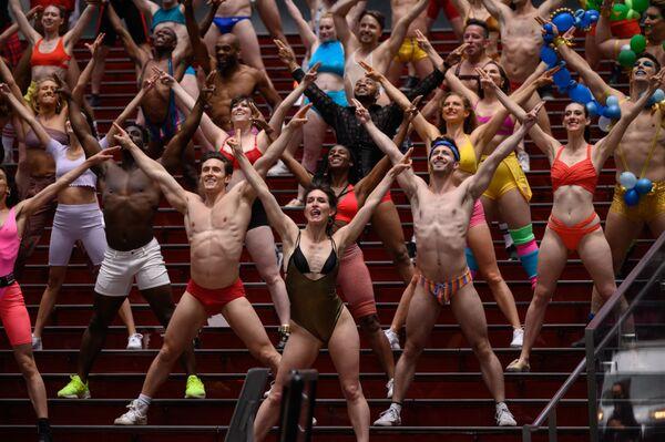 """I lavoratori del mondo dello spettacolo si esibiscono durante una ripresa del video """"Twerk from Home"""" a New York, USA, il 24 maggio 2021. - Sputnik Italia"""