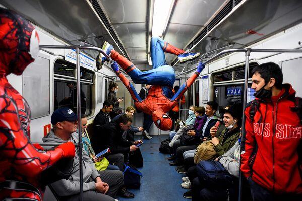 Un uomo vestito da Spiderman si esibisce nella metropolitana di San Pietroburgo il 21 maggio 2021. - Sputnik Italia