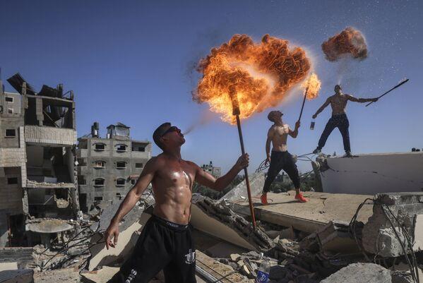 I membri della squadra sportiva palestinese Bar Woolf  si esibiscono sulle rovine di un edificio distrutto durante gli attacchi aerei israeliani, a Beit Lahia, il 26 maggio 2021. - Sputnik Italia