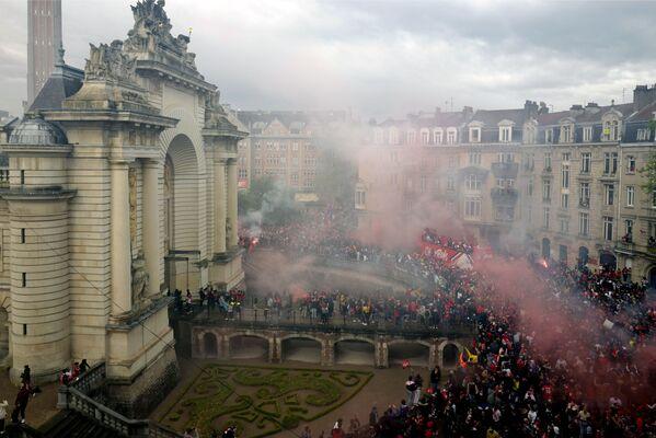 I giocatori di Lille salutano i tifosi dall'autobus, Francia, lunedì 24 maggio 2021. - Sputnik Italia