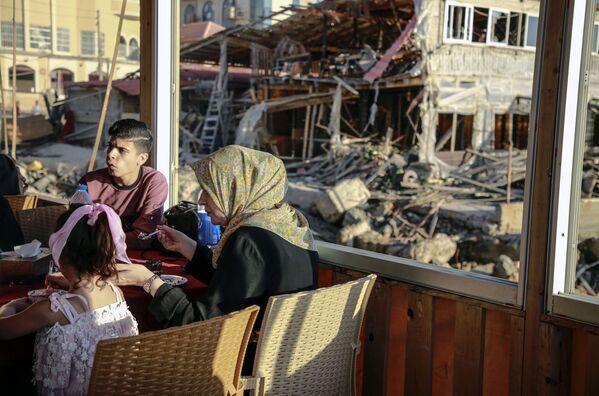 I residenti della Striscia di Gaza stanno tornando alle loro case dopo la fine dei bombardamenti. I ministri del gabinetto di sicurezza del governo israeliano la sera del 20 maggio hanno approvato all'unanimità l'iniziativa dell'Egitto per un cessate il fuoco nella zona del conflitto. Il cessate il fuoco è entrato in vigore alle 2 del mattino del 21 maggio. - Sputnik Italia
