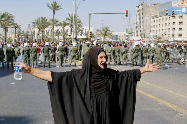 Una donna durante una protesta antigovernativa a Baghdad, in Iraq, il 25 maggio 2021. - Sputnik Italia