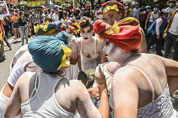 Gli artisti di strada si esibiscono durante una protesta contro il governo del presidente colombiano Iván Duque Márquez, a Medellin, Colombia, il 26 maggio 2021. - Sputnik Italia