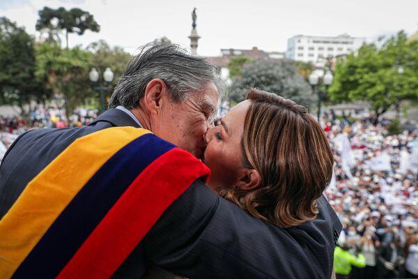 Il presidente dell'Ecuador Guillermo Lasso abbraccia la First Lady María de Lourdes Alcívar dopo aver prestato giuramento a Quito, Ecuador, il 24 maggio 2021. - Sputnik Italia