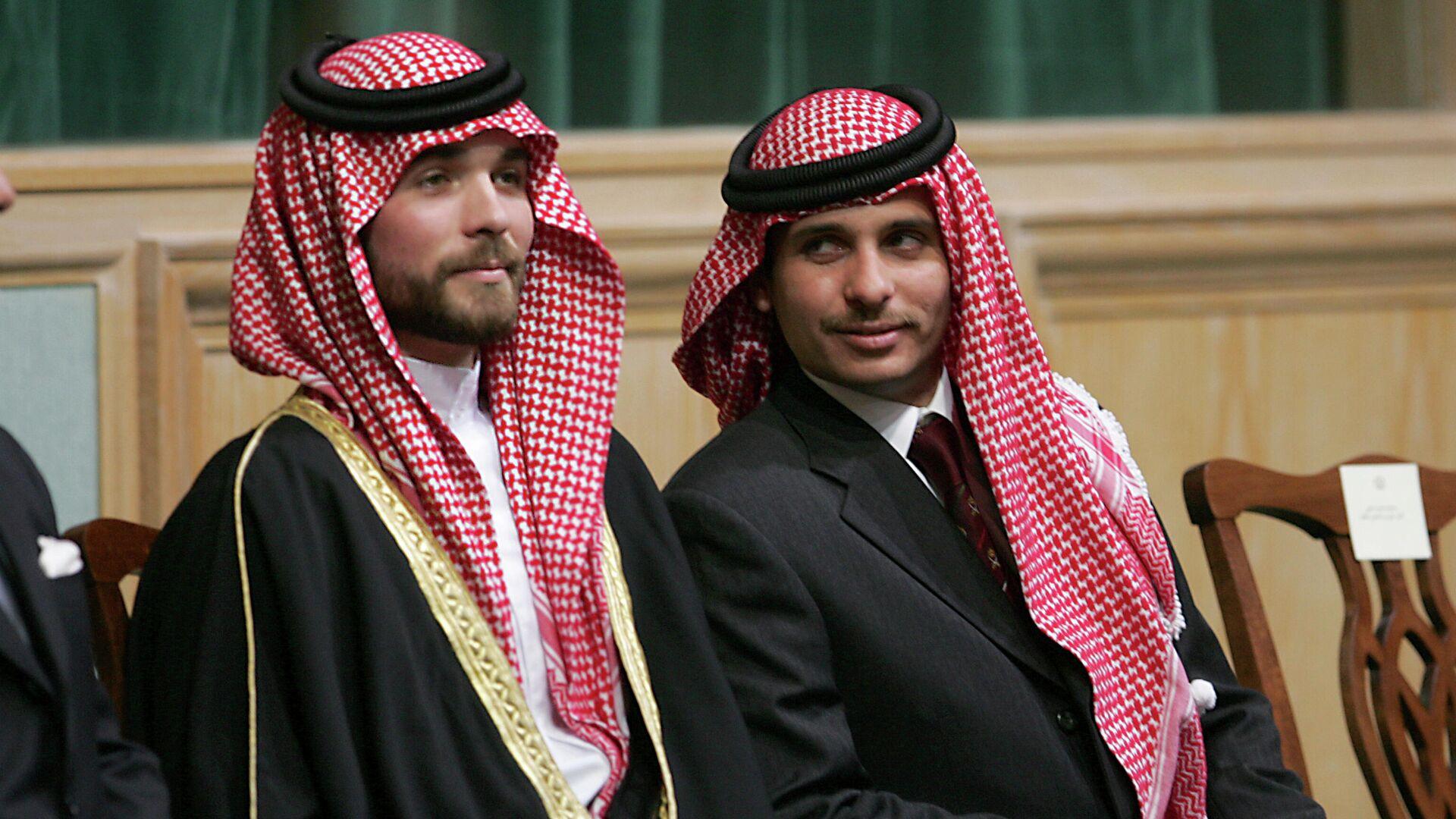 Principe giordano Hamzah bin Hussein (destra), con un fratello, il principe Hashem bin Hussein (sinistra), all'apertura del Parlamento a Amman, Giordania, 2006 - Sputnik Italia, 1920, 30.05.2021