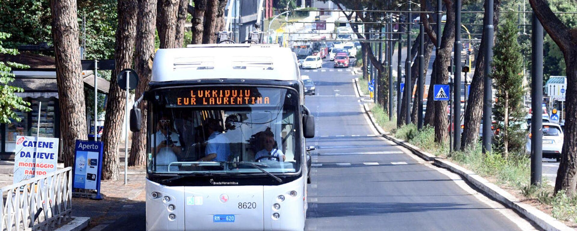 La sindaca Virginia Raggi inaugura il Corridoio Laurentino, ovvero il tratto di corsia preferenziale per autobus su via Laurentina - Sputnik Italia, 1920, 12.10.2021
