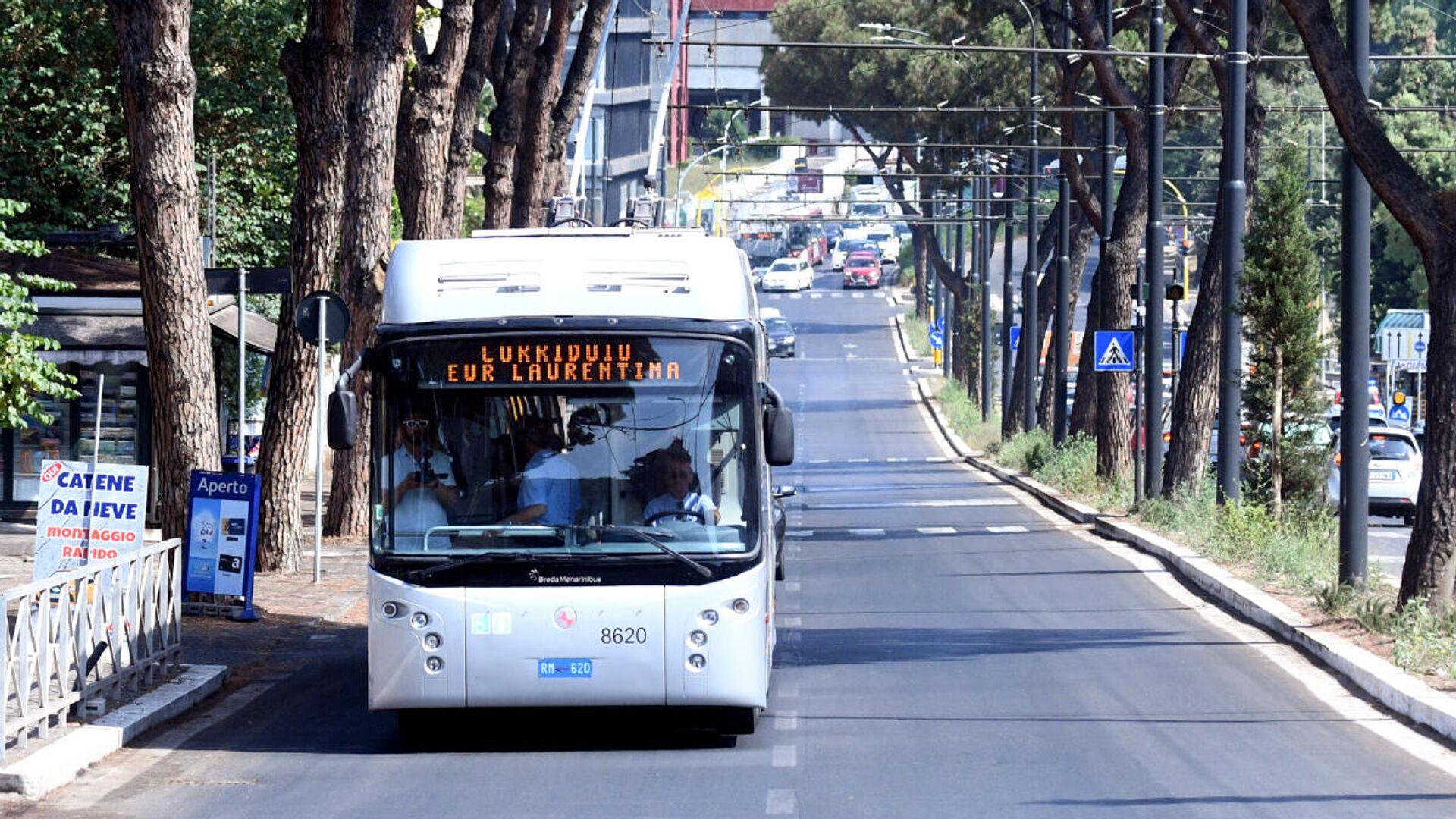La sindaca Virginia Raggi inaugura il Corridoio Laurentino, ovvero il tratto di corsia preferenziale per autobus su via Laurentina - Sputnik Italia, 1920, 20.07.2021