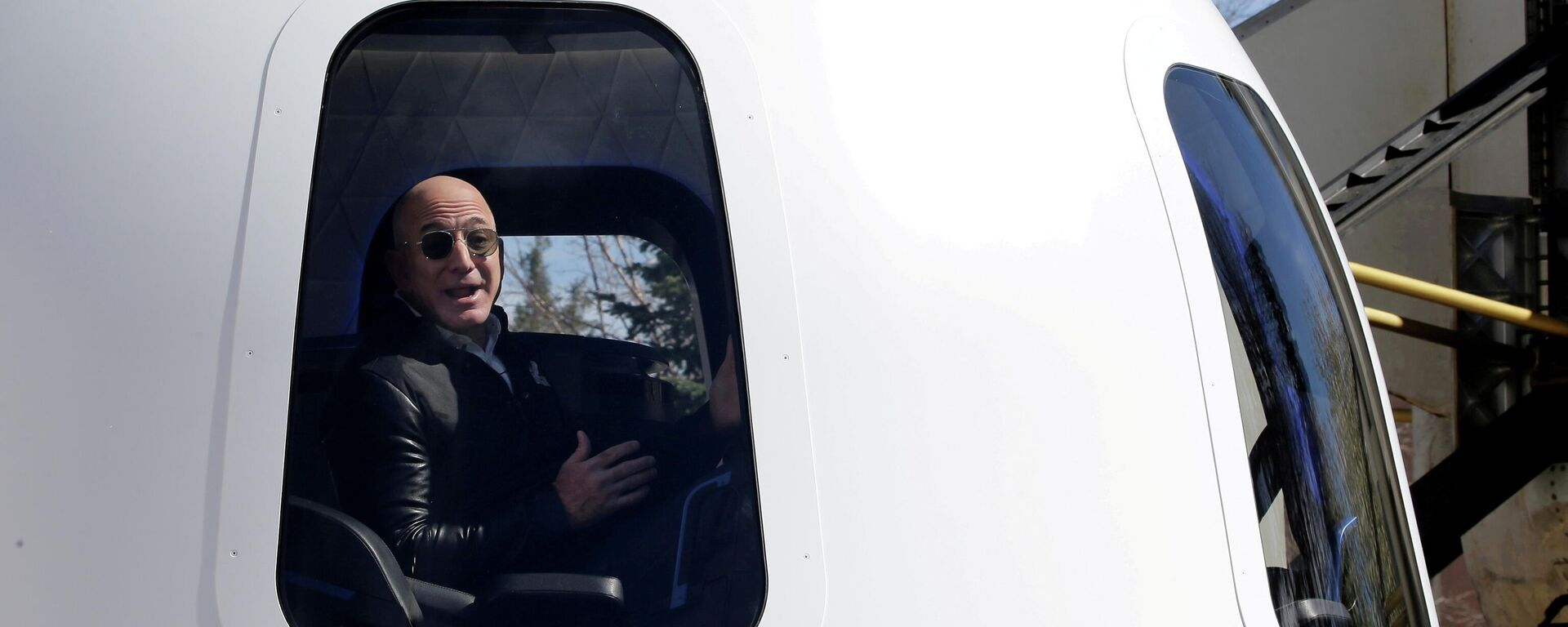 Il CEO di Amazon Jeff Bezos in uno shuttle Blue Origin - Sputnik Italia, 1920, 27.07.2021
