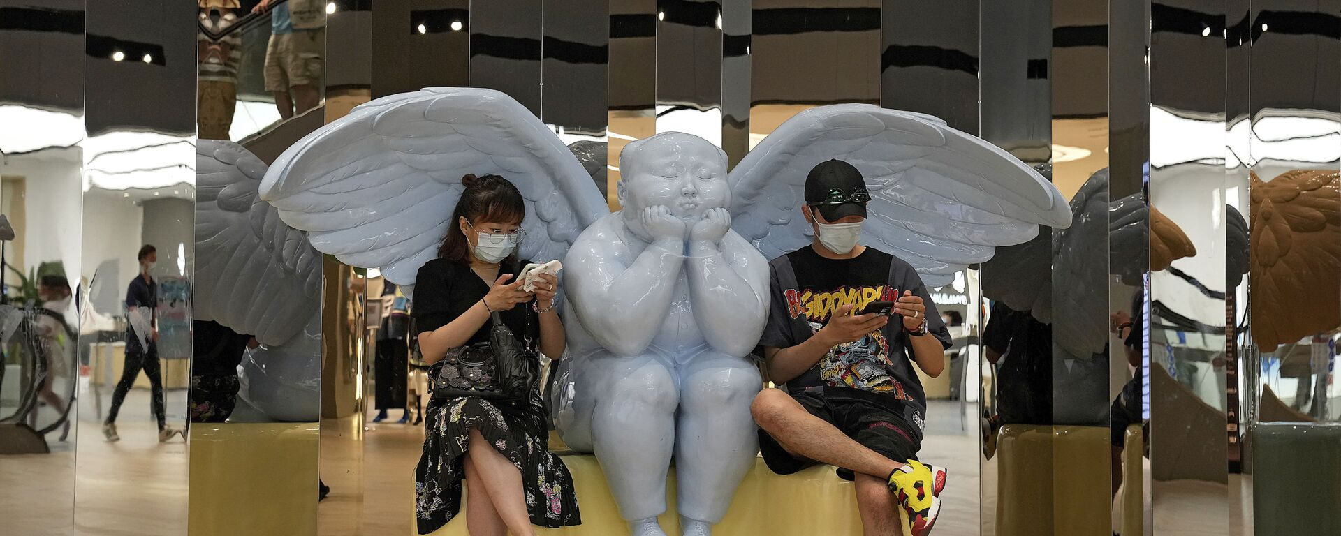 Посетители рядом со статуей ангела в торговом центре Пекина - Sputnik Italia, 1920, 09.08.2021