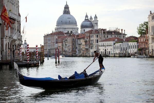 Un gondoliere rema sul Canal Grande, mentre la regione del Veneto diventa zona bianca. - Sputnik Italia