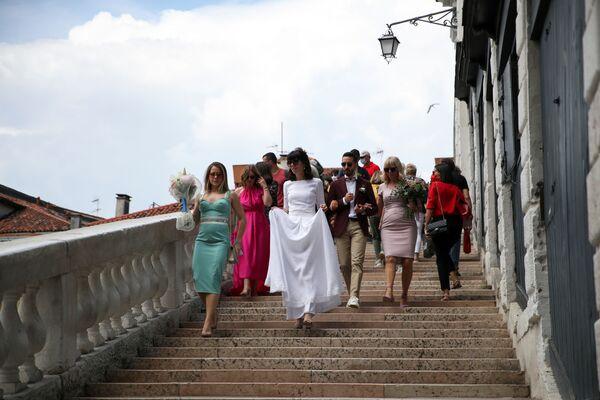 Una sposa scende le scale del Ponte di Rialto. - Sputnik Italia