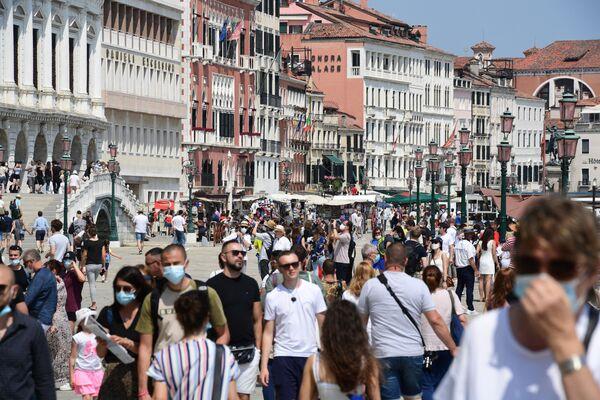 I turisti passeggiano lungo il bacino vicino al Ponte della Paglia a Venezia. - Sputnik Italia