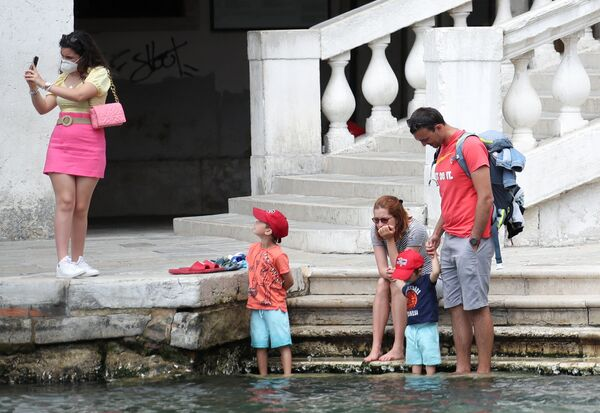 I turisti si godono una giornata di sole al Ponte di Rialto. - Sputnik Italia