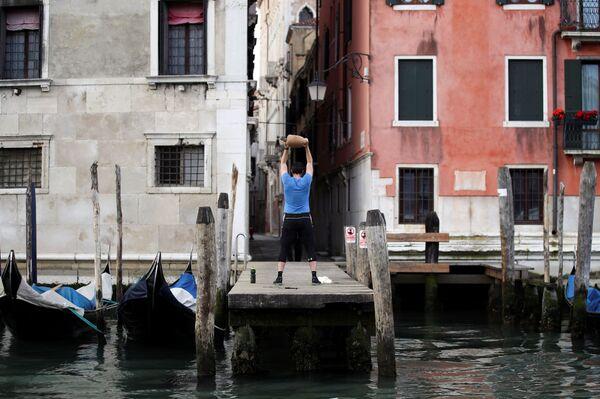Un uomo fa esercizio dopo la revocazione delle restrizioni a Venezia. - Sputnik Italia