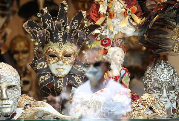 Il riflesso di un uomo in mascherina sulla vetrina di un negozio di maschere. - Sputnik Italia
