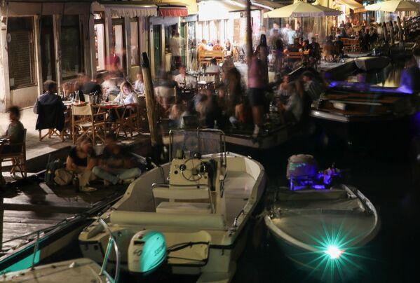 Le persone si godono la notte, passando il tempo in bar e ristoranti a Venezia. - Sputnik Italia