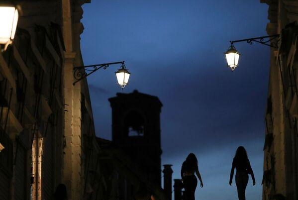Le donne camminano sul Ponte di Rialto.  - Sputnik Italia