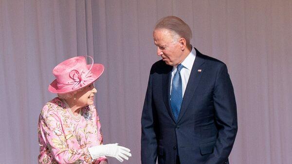 Королева Елизавета II и президент США Джо Байден  - Sputnik Italia