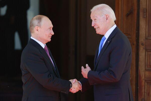 Putin e Biden si sono salutati e posano per le foto. - Sputnik Italia
