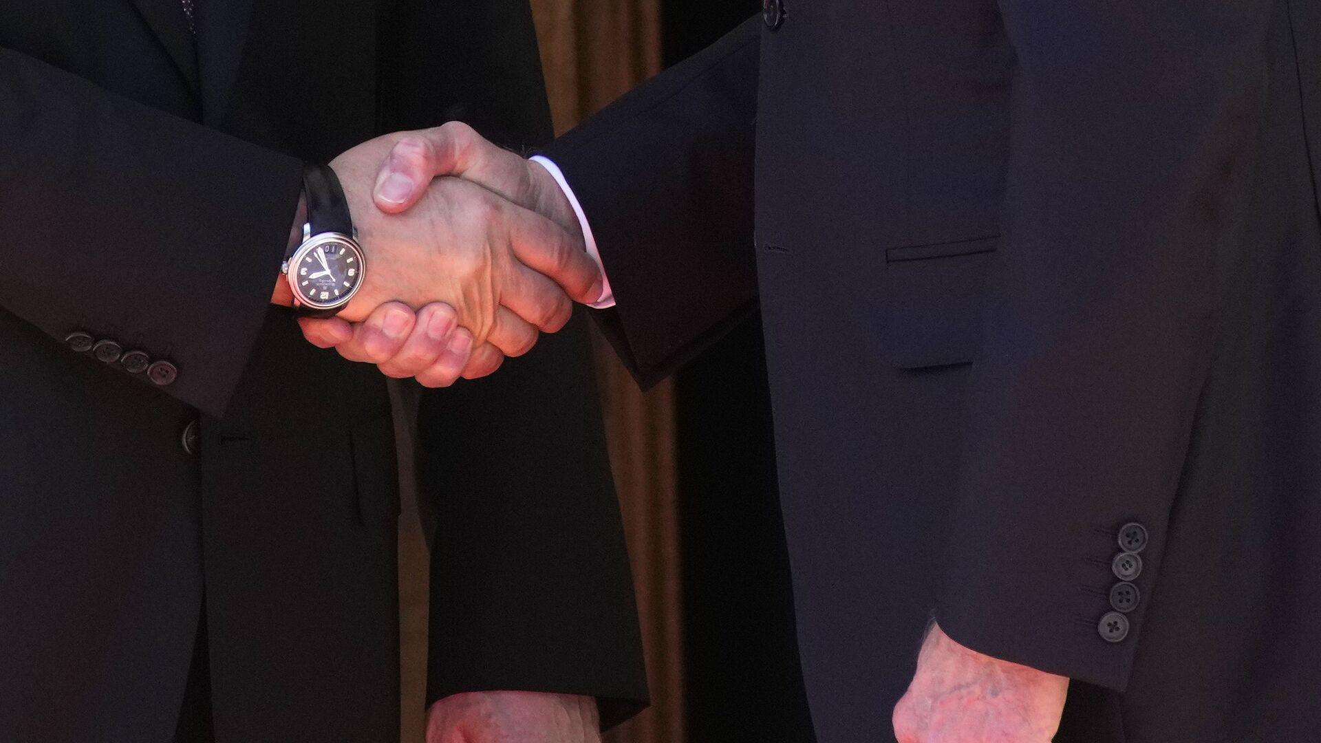 La stretta di mano tra Putin e Biden - Sputnik Italia, 1920, 23.09.2021