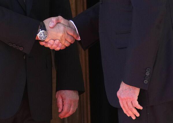 Il presidente russo Vladimir Putin e il presidente statunitense Joe Biden si stringono la mano durante il loro primo incontro. - Sputnik Italia