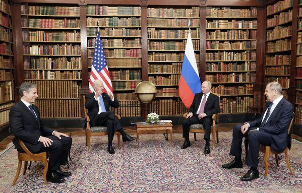 Il presidente russo Vladimir Putin, il ministro degli Esteri russo Sergey Lavrov, il presidente statunitense Joe Biden e il segretario di Stato Antony Blinken. - Sputnik Italia