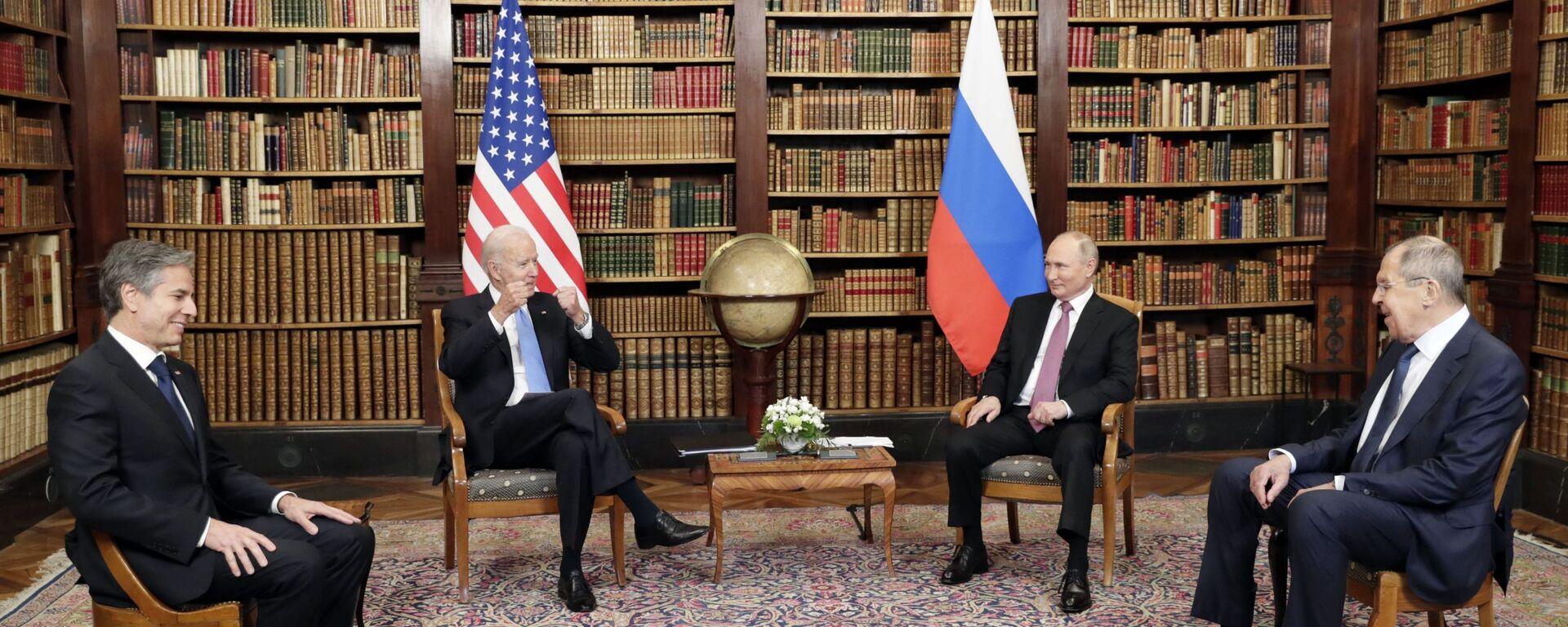 Президент РФ Владимир Путин и президент США Джо Байден во время встречи в Женеве на вилле Ла Гранж - Sputnik Italia, 1920, 18.06.2021