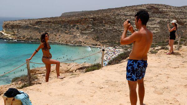 Туристы фотографируются на сицилийском острове Лампедуза - Sputnik Italia
