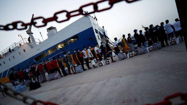 Мигранты во время посадки на паром у Лампедузы - Sputnik Italia