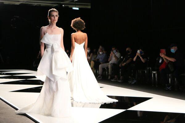 Amelia Casablanca invece ha portato in passerella abiti per un matrimonio da favola: cristalli e pizzi preziosi sono dedicati a spose uniche, moderne e romantiche. - Sputnik Italia