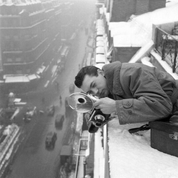 Jacques Papon, uno dei pionieri del servizio fotografico dell'Agence France-Presse (AFP), ha lavorato dal tetto innevato di un edificio parigino durante l'inverno del 1946. - Sputnik Italia