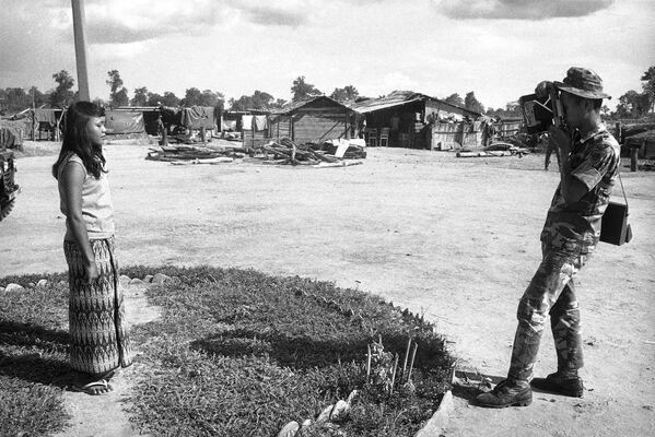 Un ranger sudvietnamita usa una macchina fotografica Polaroid americana per fotografare una ragazza cambogiana in Cambogia, il 20 maggio 1971. - Sputnik Italia
