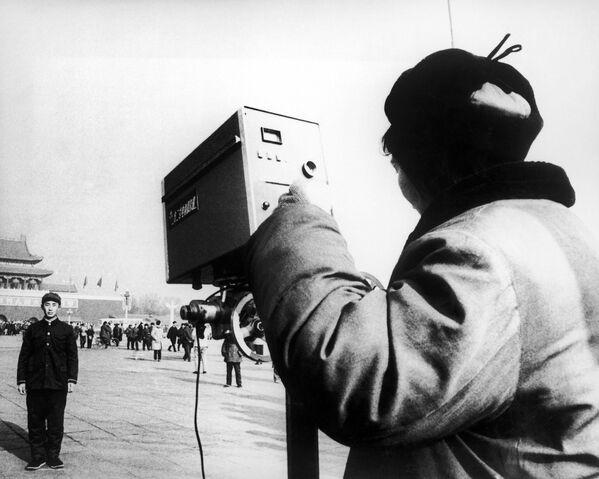 Un visitatore cinese a Pechino si ferma per scattare una foto davanti a Piazza Tienanmen, nel cuore della capitale cinese, nel gennaio 1979. - Sputnik Italia