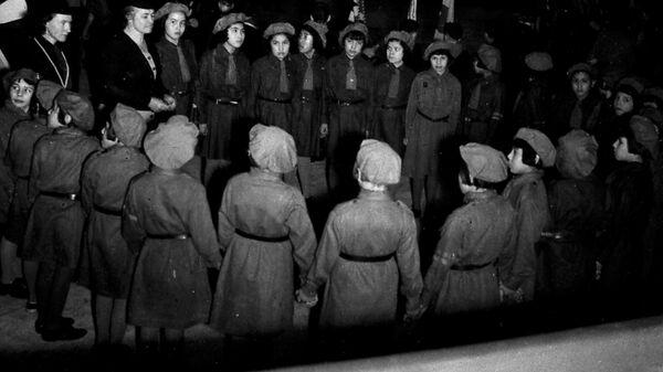 Гиды школы-интерната Shingwauk во время посещения школы должностным лицом в Канаде, 1951 год  - Sputnik Italia