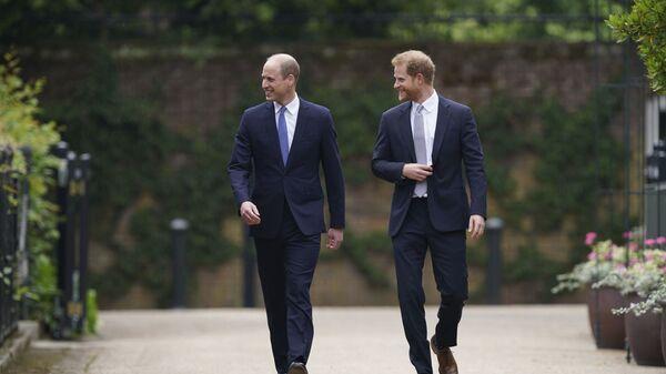 Принц Уильям и принц Гарри на открытии памятника своей матери принцессе Диане в Лондоне - Sputnik Italia