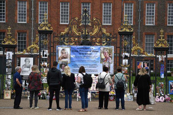 Londra: i principi William ed Harry inaugurano la statua a Lady Diana  - Sputnik Italia