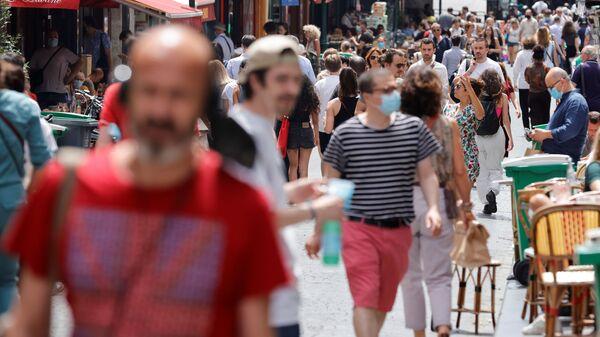 Люди на улицах Парижа, где были сняты антиковидные ограничения  - Sputnik Italia