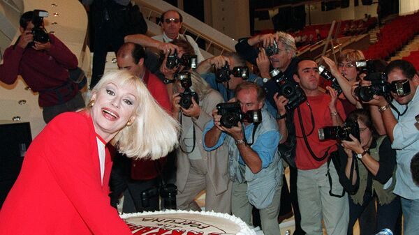 Рафаэлла Карра улыбается, позируя фотографам во время пресс-конференции, Италия  - Sputnik Italia