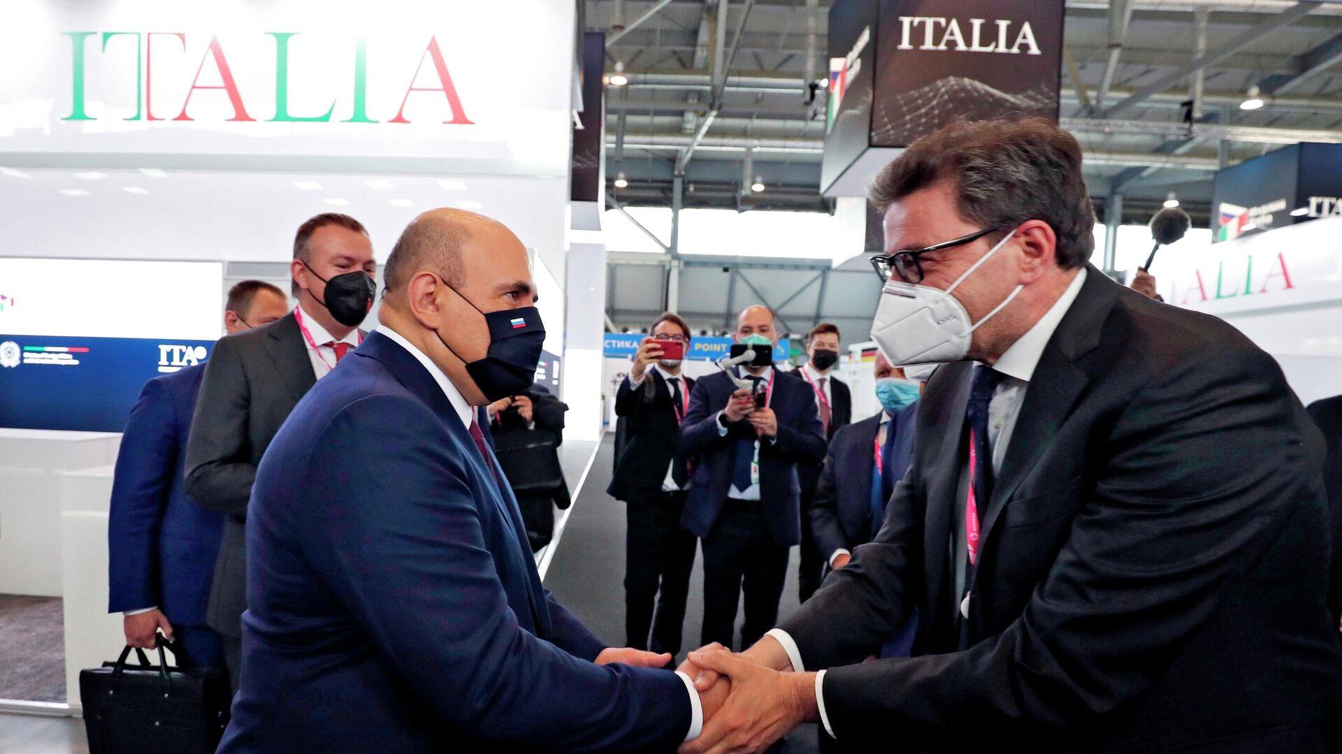 Il Primo ministro della Russia Michail Mishustin e il Ministro dello Sviluppo Economico italiano Giancarlo Giorgetti alla fiera dell'innovazione e della tecnologia INNOPROM-2021 a Ekaterinburg, Russia - Sputnik Italia, 1920, 19.09.2021