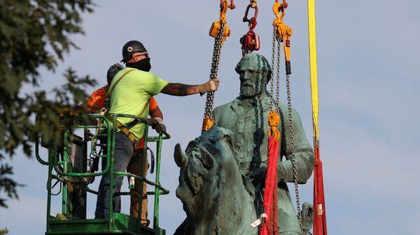 Статую генерала-конфедерата Роберта Ли демонтируют в Шарлоттсвилле, США - Sputnik Italia