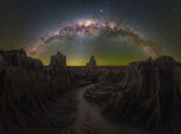 """La foto """"La tana del drago"""" del fotografo Daniel Thomas Gum, che è diventata una delle vincitrici del concorso fotografico """"Milky Way Photographer of the Year"""", la foto scattata presso Mungo, NSW, Australia - Sputnik Italia"""