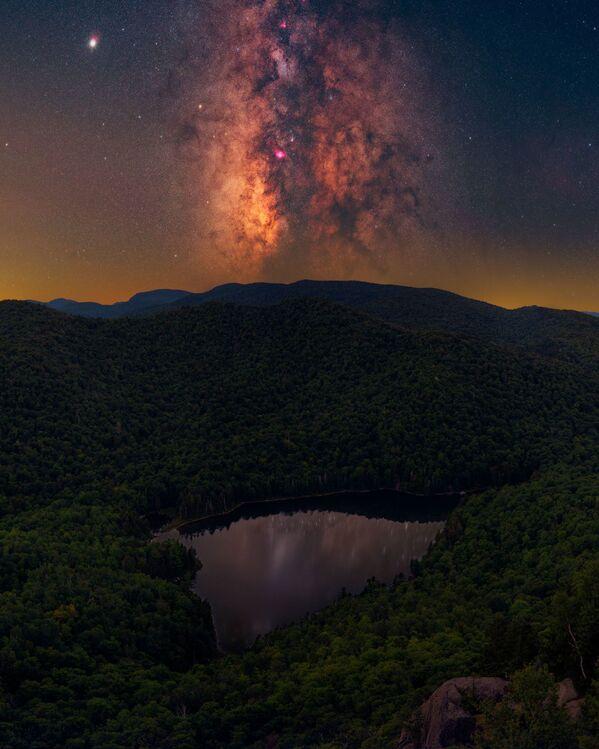 """La foto """"ADK Magic"""" del fotografo Daniel Stein, che è diventata una delle vincitrici del concorso fotografico """"Milky Way Photographer of the Year"""", la foto scattata presso le Montagne Adirondack, New York, USA - Sputnik Italia"""