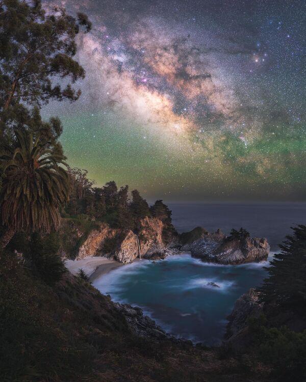 """La foto """"Paradiso"""" del fotografo Marcin Zajac, che è diventata una delle vincitrici del concorso fotografico """"Milky Way Photographer of the Year"""", la foto scattata presso Big Sur, California - Sputnik Italia"""
